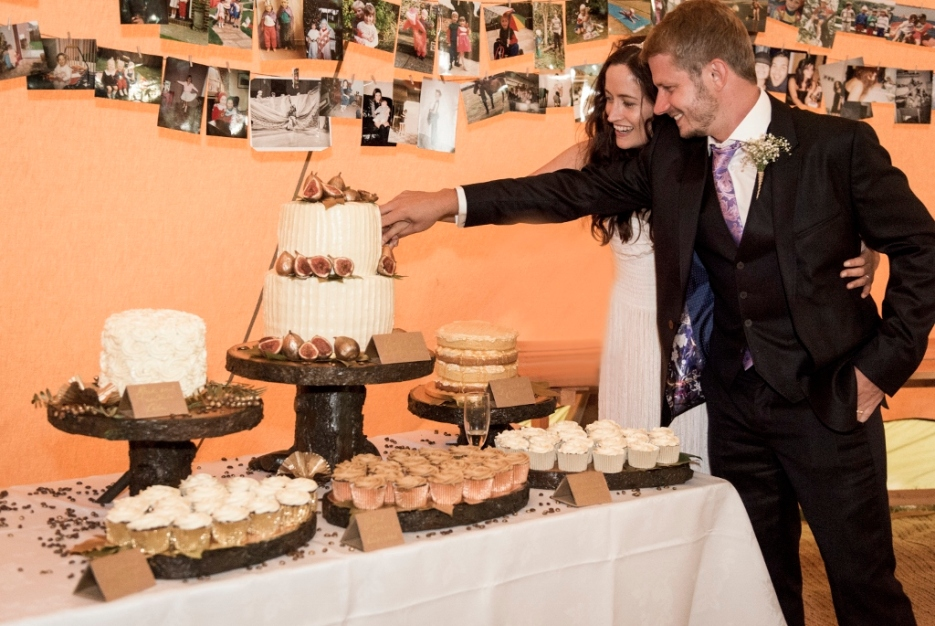Libby and Pete cutting the cake